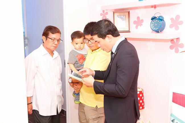 Một gia đình tìm hiểu và tham quan căn hộ mẫu RichStar
