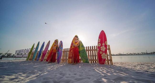Tại ven hồ công viên cũng sẽ không thể thiếu cát trắng, hàng dừa giúp mọi người tưởng như đang nghỉ dưỡng bên bãi biển.